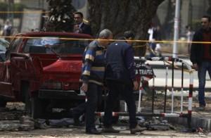 أصيب أربعة مصريين في انفجار قنبلة بقسم شرطة بمحافظة الإسكندرية شمال القاهرة
