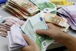 اليورو يرتفع أمام الدولار للمرة الأولى في أسبوعين