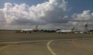 طائرة حربية تستهدف مهبط مطار امعيتيقة الدولي