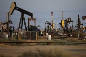 النفط يتجه لإنهاء الأسبوع على ارتفاع ويتجاهل وفرة المعروض