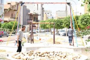 لجنة تجميل المدينة ببلدية صبراتة تباشر صيانة حدائق البلدية  1