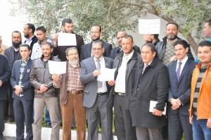 العاملون بديوان المجلس البلدي غريان ينفذون وقفة احتجاجية على الانتهاكات التي يتعرض لها الديوان