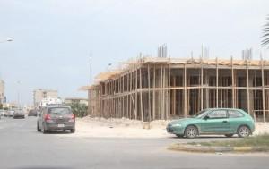 بلدي صبراتة بصدر قرار بإزالة بناء مخالف وسط المدينة