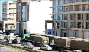 وصول 20 شاحنة محملة بمادة الدقيق لمدينة البيضاء