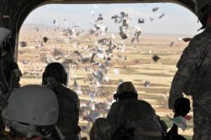 الطيران العراقي يلقي منشورات تطالب سكان الموصل بمساعدة الجيش ضد الارهابيين