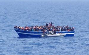 خفر السواحل الإيطالي إنقاذ مهاجرين غير شرعيين قبالة السواحل الليبية .