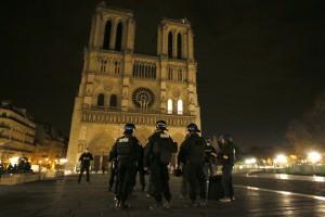 مسلح يقتل شرطيا ويحتجز رهائن قرب باريس